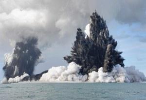 18 Maret 2009 Letusan Gunung Api bawah laut di lepas pantai  Nuku'Alofa, Tonga. Asap, uap dan abu terlontar hingga ratusan meter ke udara. (Dana Stephenson/Getty Images)
