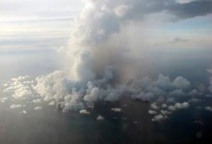 Selasa 17 Maret 2009, Gunung Api bawah laut di lepas pantai Tonga melemparkan awan, asap, uap dan abu hingga ribuan meter ke angkasa lautan Pasifik Selatan. Letusan di laut ini sekitar 10 km dari sebelah barat daya pantai Pulau Tongapu. Di sekitar pulau ini terdapat sekitar 36 Gunung Api bawah laut. (AP Photo/Trevor Gregory)