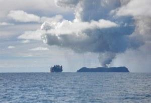 18 Maret 2009, fotografer Dana Stephenson merekam foto letusan gunung api bawah laut di lepas pantai Tonga (Dana Stephenson/Getty Images)